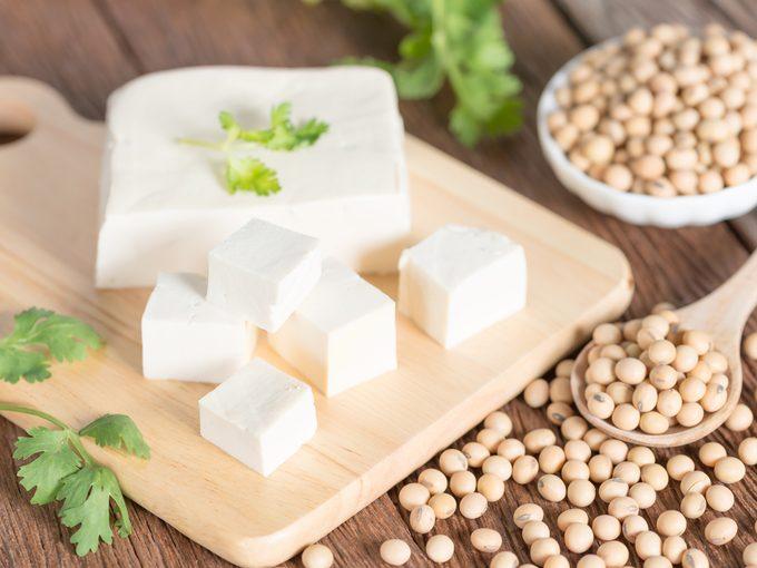Какво е Тофу – храна за вегетарианците или модерен заместител на традиционните ни ястия?